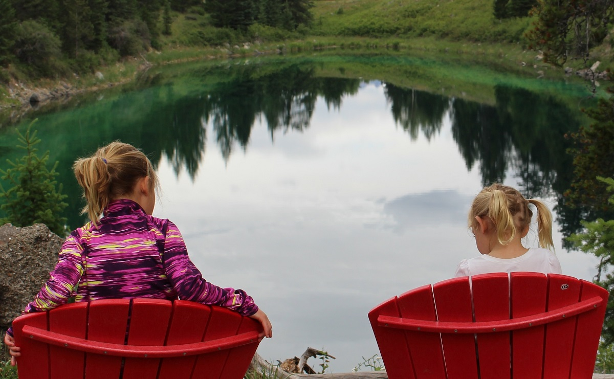5lakes_redchairs